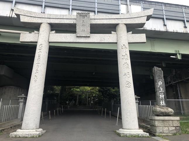 戸上神社の鳥居と社号碑