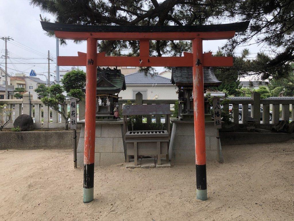 岩屋神社の稲荷社と八幡社