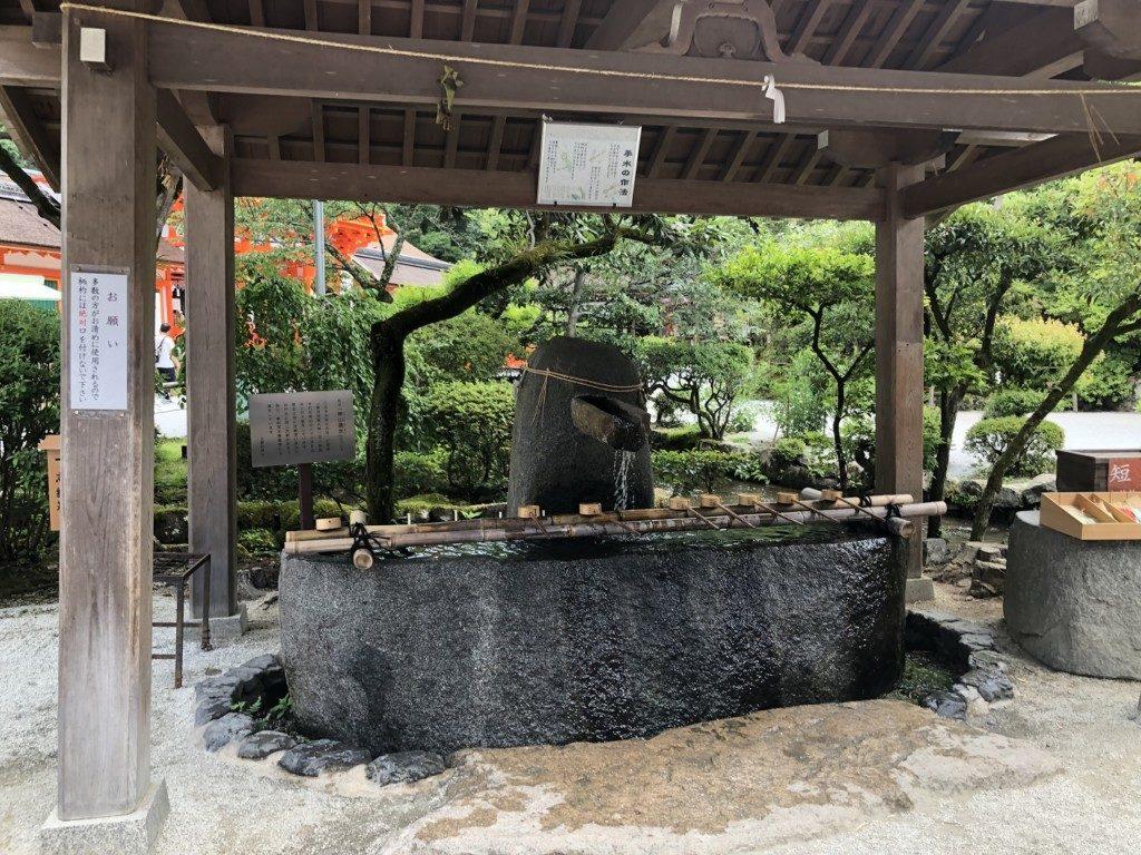 京都上賀茂神社の手水舎