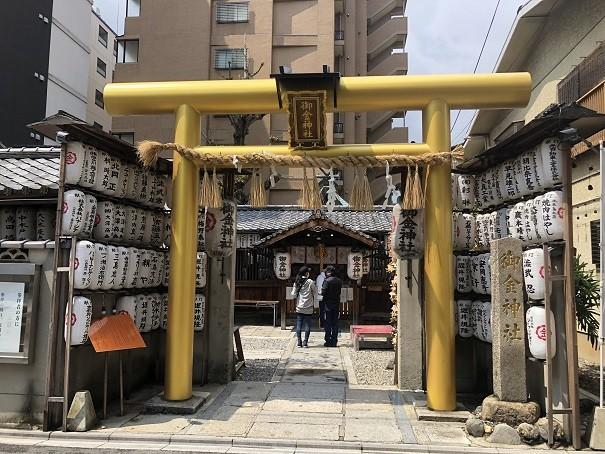 御金神社の黄金に輝く鳥居
