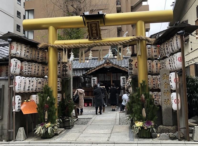 お礼参りの絵馬が多数「御金神社」