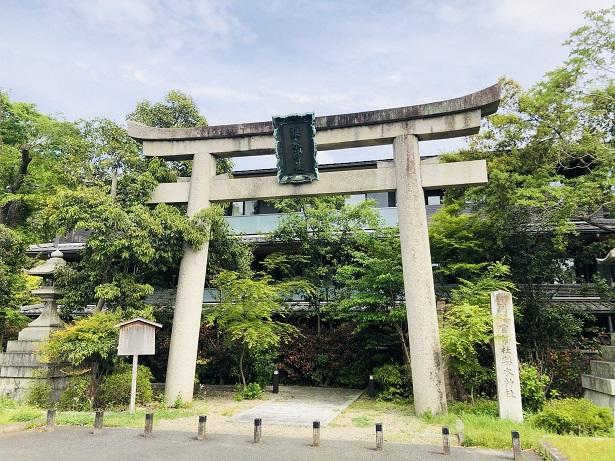 「別格官幣社梨木神社」と刻まれた社号碑。