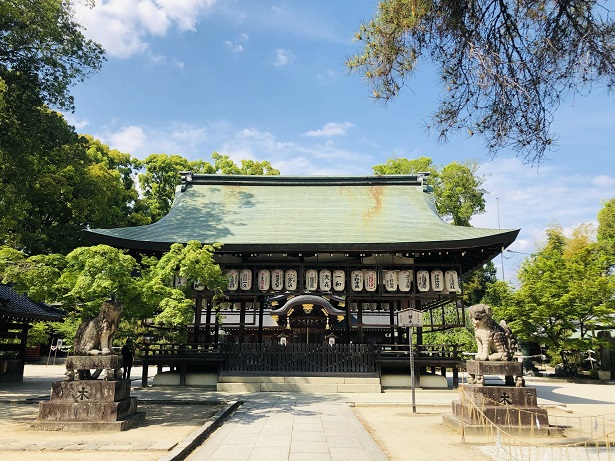 境内の真ん中に鎮座する舞殿形式の拝殿 今宮神社