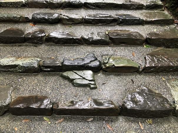踏むと災いが起こる『踏まぬ石』