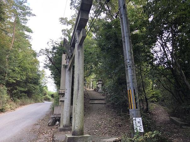 一見普通の雰囲気に感じますが実は参道が… 大岩神社