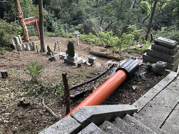 台風の影響で倒壊した鳥居や狛犬