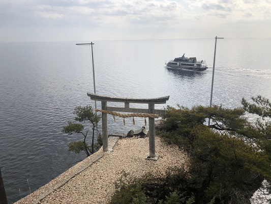 願いが成就する竜神拝所で願いのかわらけ投げ竹生島